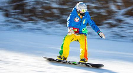 烟台塔山滑雪场引进全套加拿大人工造雪设备和日本